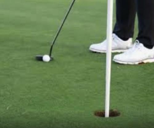 ゴルフ パット 旗竿がある方がいいのか?無い方が入るのか?